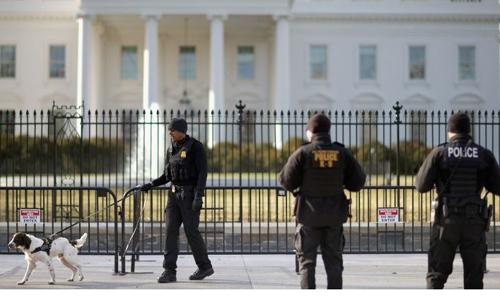 Cảnh sát Mỹ bên ngoài Nhà Trắng. Ảnh: CNN.