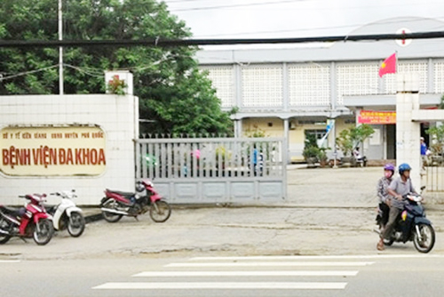 Bệnh viện Đa khoa huyện Phú Quốc - nơi diễn ra cuộc truy sát của nhóm thanh niên tối hôm trước. Ảnh: Phúc Hưng.