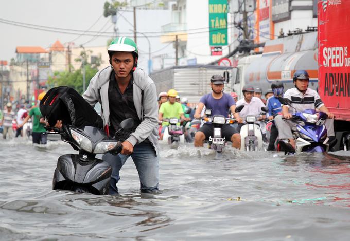 Mưa lớn kết hợp triều cường, đường Sài Gòn ngập nặng - Ảnh minh hoạ 6