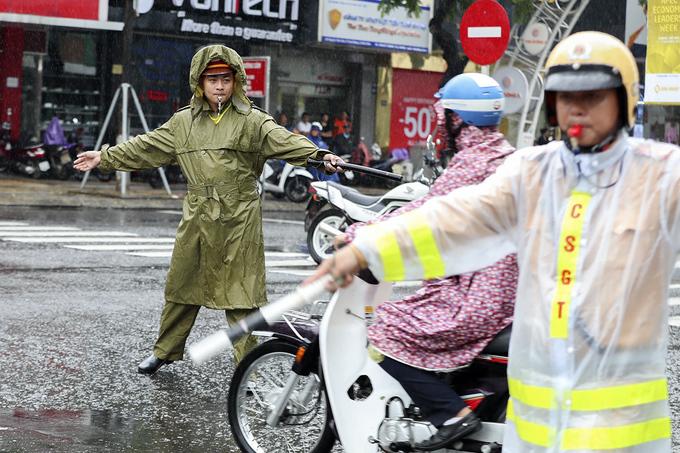 Cảnh sát phân luồng xe APEC dưới mưa - Ảnh minh hoạ 10