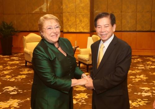 Tổng thống Chile Michelle Bachalet và nguyên chủ tịch nước Nguyễn Minh Triết. Ảnh: Ngọc Thành.