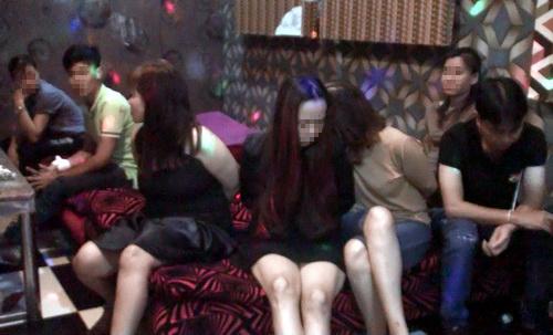 hang-chuc-thieu-nu-phe-ma-tuy-trong-quan-karaoke