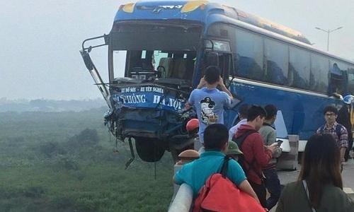 Xe khách lơ lửng ở thành cầu sau tai nạn với xe tải
