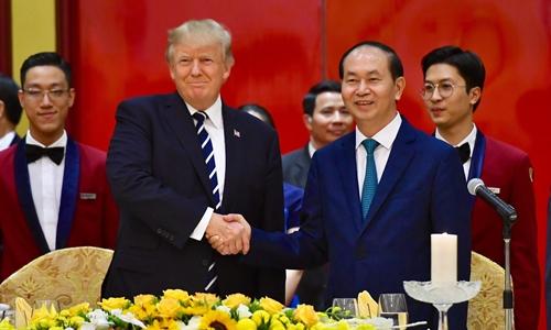 Chủ tịch nước Trần Đại Quang bắt tay Tổng thống Mỹ Donald Trump. Ảnh: Giang Huy.
