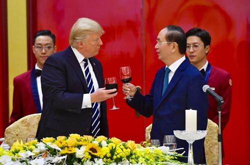 Chủ tịch nước Trần Đại Quang và Tổng thống Donald Trump cụng ly. Ảnh: Giang Huy.