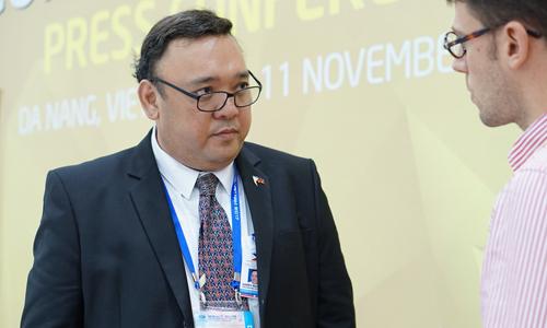 Người phát ngôn của Tổng thống Philippines ông Harry Roque trả lời phóng viên. Ảnh: Hạnh Phạm.
