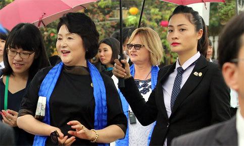 Nữ đặc vụ bảo vệ đoàn phu nhân APEC tham quan Hội An