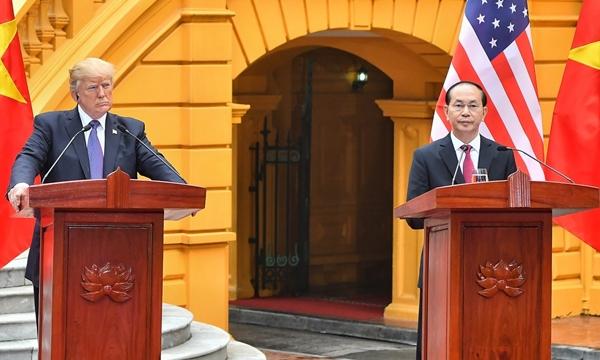 Chủ tịch nước Trần Đại Quang và Tổng thống Mỹ Donald Trump họp báo chung tại Phủ chủ tịch. Ảnh: Giang Huy.