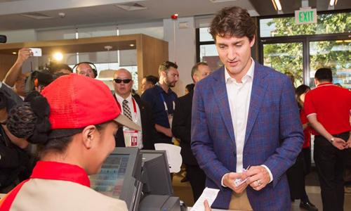 Thủ tướng Canada tại quầy tính tiền. Ảnh: Facebook.