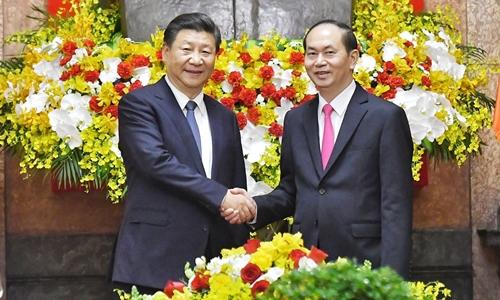 Chủ tịch nước Trần Đại Quang bắt tay Chủ tịch Trung Quốc Tập Cận Bình. Ảnh: Giang Huy.