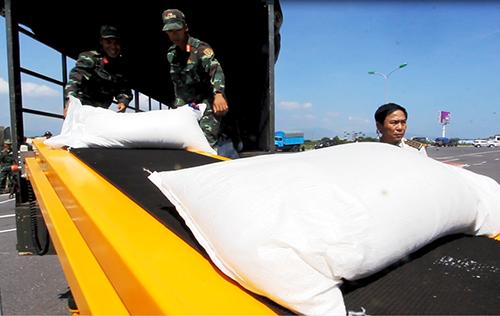40 tấn hàng Nga viện trợ các tỉnh bão ở Việt Nam được đưa đến các địa phương. Ảnh: Xuân Ngọc