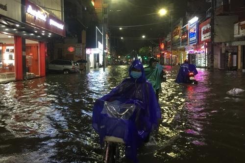 """Đường phố ở Huế biến thành """"sông"""" sau mưa lớn"""