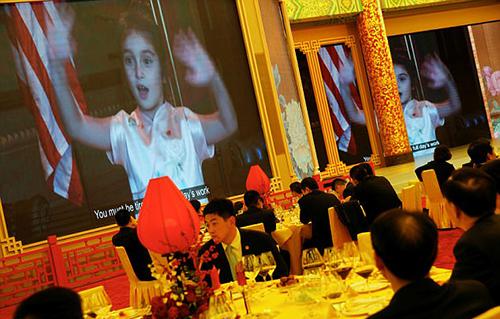 Video Arabella hát tiếng Trung được pháttại quốc yến ở Bắc Kinh. Ảnh: Reuters