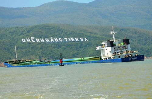 Các tàu hàng bị chìm, mắc cạn ở vùng biển Quy Nhơn. Ảnh: Phạm Linh.