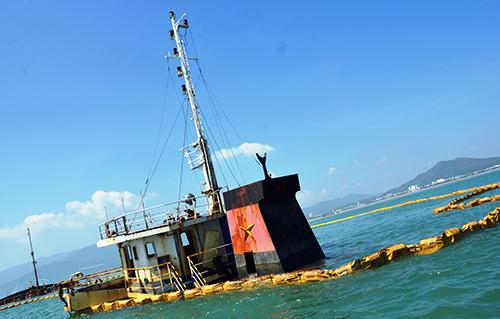 Đơn vị trục vớt thả phao khoanh vùng tàu Hà Trung 98 để kịp thời xử lý nếu rò rỉ dầu. Ảnh: Phạm Linh.