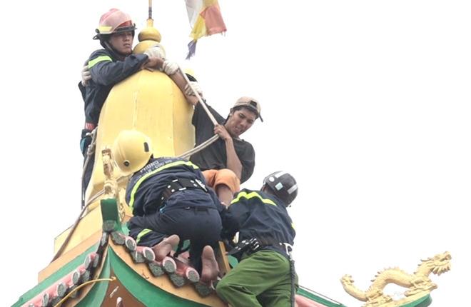 """Cảnh sát khống chế thanh niên nghi """"ngáo đá"""" trên nóc chùa ở Sài Gòn"""