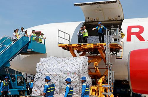 Máy bay chở 17 tấn hàng viện trợ Việt Nam sau bão Damrey đáp xuống sân bay Cam Ranh. Ảnh: Xuân Ngọc