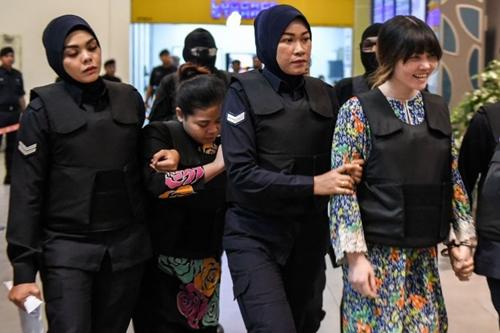Hai nghi phạm Indonesia và Việt Nam được cảnh sát đưa đi.