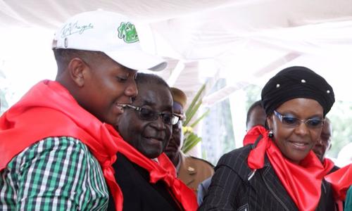 Tổng thống Robert Mugabe, phu nhân Grace và con trai Chatunga. Ảnh: Times Live.