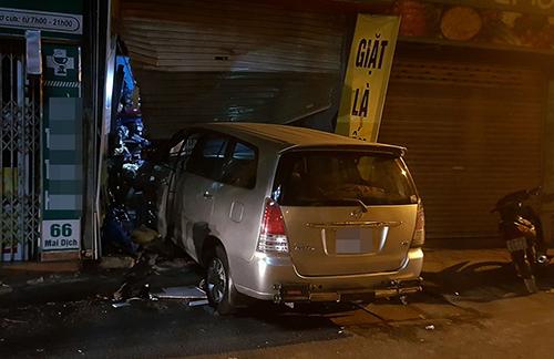 Cứ tưởng tài xế không biết lái xe, hoá ra mượn men rượu cố tình tông thủng cửa nhà hàng xóm