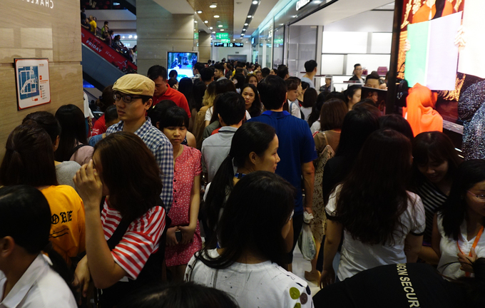 Người Sài Gòn chen chân mua sắm 'ngày thứ 6 đen tối'