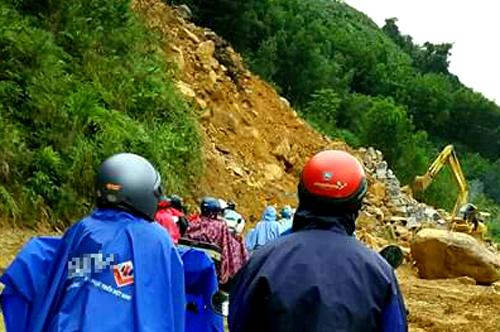 Đến sáng nay, một số tuyến đường huyện Tây Trà vẫn ách tắc do lở núi. Ảnh: Vân Hùng.