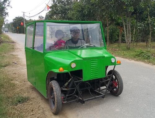 [Video] Người đàn ông chế ôtô điện chở con đi học