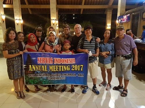 Chị Hương và chị Bích (trái) trong đoàn dự họp mặt trên đảo Bali, Indonesia. Ảnh: Nhân vật cung cấp.