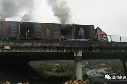 Chiếc xe tải chở giày bốc cháy gần làng Lingxi, tỉnh Chiết Giang