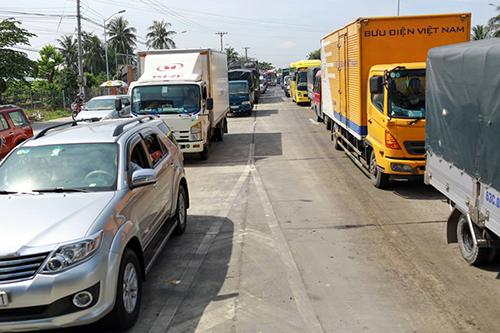 Trạm thu phí liên tục xả cửa vì ùn tắc kéo dài. Ảnh: Nguyễn Thành.