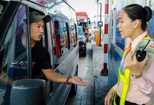 Một tài xế tranh cãi với nhân viên BOT Cai Lậy về giá vé qua trạm thu phí. Ảnh: Nguyễn Thành.