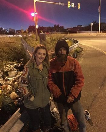 Người vô gia cư cho cô gái 20 USD mua xăng sắp có nhà và xe mới: Gieo mầm tốt, hái quả ngọt