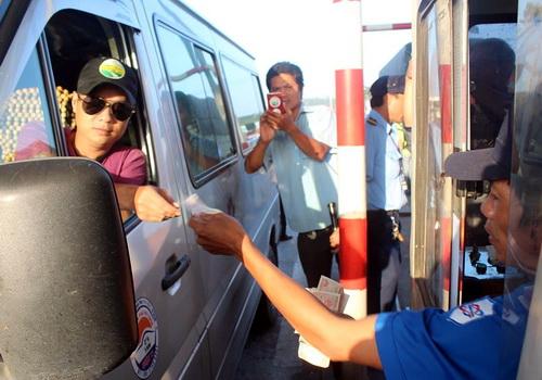Tài xế sử dụng tiền lẻ để mua vé qua trạm sáng 7/12. Ảnh: Phước Tuấn