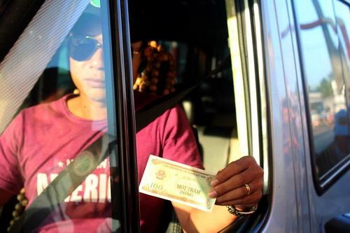 Tờ tiền 100 đồng lần đầu xuất hiện ở trạm thu phí BOT Biên Hòa. Ảnh: Thái Hà