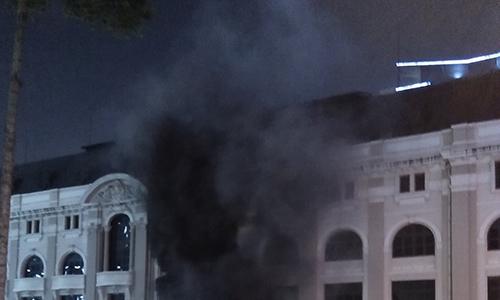 Cháy trạm điện cạnh Nhà hát TP HCM, nhiều người hoảng loạn