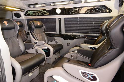 DCar X sử dụng khuôn ghế mới được làm riêng cho dòng xe. Ghế có chiều ngang rộng, phần tựa ôm trọn lưng người ngồi, bệ tì tay ngả theo lưng ghế, phần tựa đầu thiết kế tiện nghi hơn giúp người ngồi điều chỉnh dễ dàng.