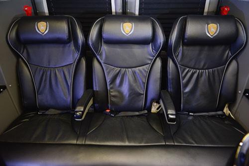 Hàng ghế sau cùng có gác tay riêng biệt cho từng người, khi không có nhu cầu sử dụng có thể gấp lại. Khoang hành lý rộng rãi, không chỉ phần diện tích còn lại phía sau mà còn thêm khoảng trống phía dưới băng ghế sau cùng.