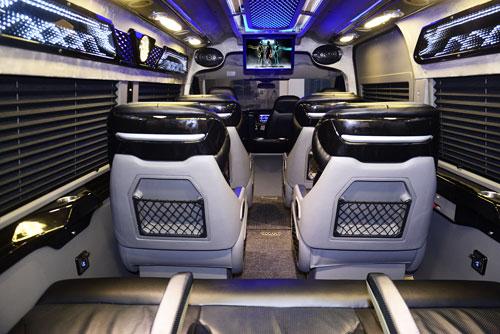 Trên xe trang bị thêm đầu DVD tích hợp GPS, camera lùi. Hệ thống đèn LED giọt nước thiết kế theo phong cách 3D hiện đại. Các chi tiết ốp gỗ đều liền khối do những kỹ sư DCar thiết kế.