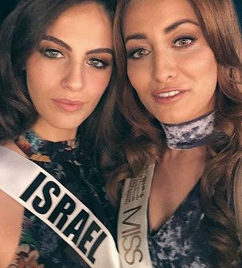 Miss Iraq (phải) selfie cùng Miss Israel. Ảnh: Reuters