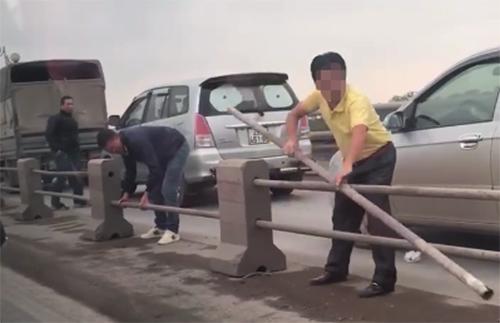 tai-xe-di-vao-lan-xe-may-tren-cau-thanh-tri-bi-phat-mot-trieu-dong-