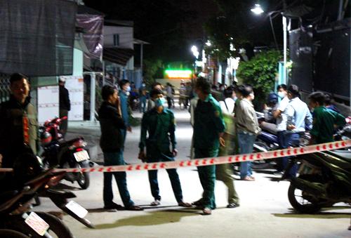 Rạng sáng 18/12, cảnh sát tìm thấy các phần thi thể của nạn nhân ở gần hiện trường hai hôm trước. Ảnh: Nguyệt Triều.