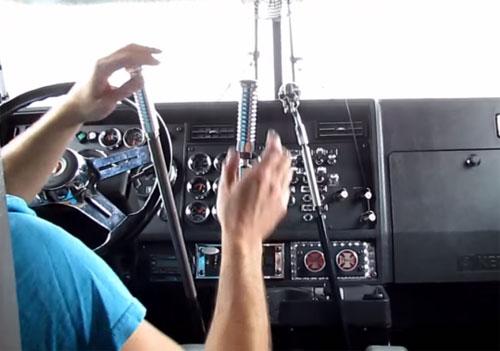 Xe đầu kéoKenworth W900L còn có tới 3 cần số khiến tài xế nhiều khi trông như đang múa. Ảnh: Blacksmokemedia.