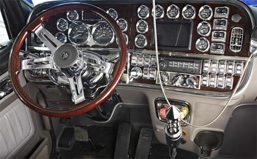 Bảng điều khiển sáng bóng với các chi tiết viền, ốp mạ crôm của xe tải Peterbilt 389. Ảnh:Rockwood Products.