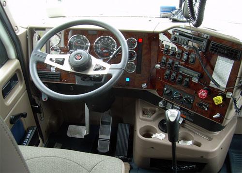 Trước mặt tài xế là 8 đồng hồ, bên cạnh là một loạt nút bấm... nhưng đây chí là dạng đơn giản trong số những cabin ma trận của xe tải hạng nặng.