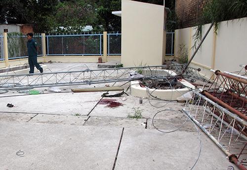Hiện trường vụ sập trụ ăng ten đài truyền thanh ở Vĩnh Long khiến một công nhân tử vong. Ảnh: Minh Thanh