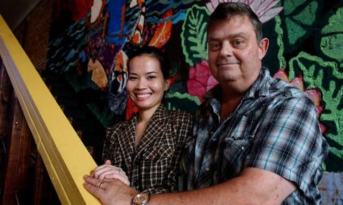 Ông Deetz và vợ người Việt Nam. Ảnh: NVCC.