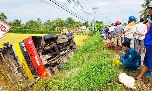 Xe buýt lật xuống ruộng làm 1 người chết, hơn 20 người bị thương. Ảnh: Hoàng Nam