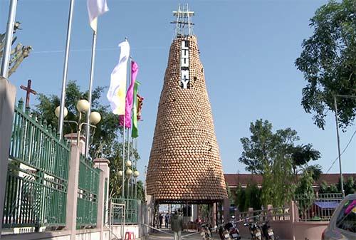 Cây thông được dựng từ hơn 6.000 nồi đất ở huyện Đô Lương (Nghệ An).
