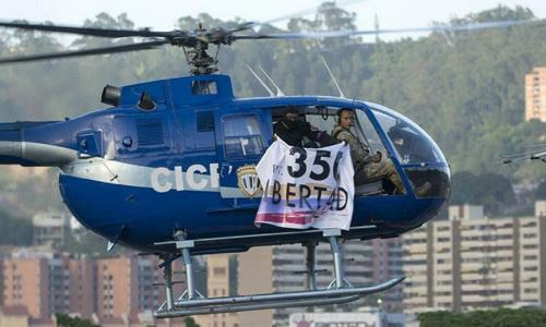 Chiếc trực thăng trong vụ ném lựu đạn. Ảnh: Reuters.