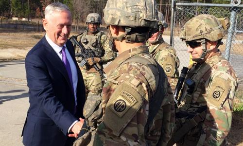 Bộ trưởng Quốc phòng Mỹ Jim Mattis bắt tay các binh sĩ tại Fort Bragg, bang Bắc Carolina, hôm 22/12. Ảnh: AP.